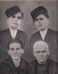 Bratři (Stergios, Kostas) a rodiče Patry Karadžu, Řecko, 30. léta