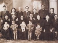 Rodina Karadžu. Sotiris Karadžos a Patra Karadžu (první a druhý zleva ve vrchní řadě), tchyně a tchán Patry Karadžu (první a druhý zleva v prostřední řadě), dcera Vasiliki a synovec Stergios Drujas (první a druhý zleva v dolní řadě), Hořice, 1953