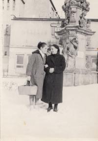 Patra Karadžu s maminkou Angeliki Chatzi, Dvůr Králové, 1964