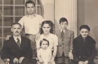 Zleva tchán Charilaos Karadžos, manžel Sotiris Karadžos, dcera Vasiliki Karatziu, Patra Karadžu, bratr manžela Stergios Karadžos, tchyně Evdoxia Karadžu, 1954