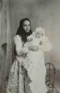 Kojná rodiny Löwe, Věry teta