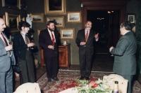Ministr kultury Pavel Tigrid na zámku v Lužanech na pozvání Hlávkovy nadace, devadesátá léta. (Oldřich Váca třetí zleva)