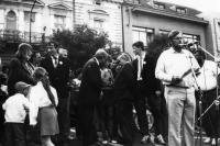 Volební mítink Občanského fóra, 1990 (Oldřich Váca u mikrofonu)