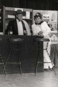 Z představení Žebrácká opera inscenovaného divadelním souborem Lužany, 1988 (Oldřich Váca vlevo)