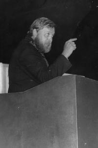 Z představení Žebrácká opera inscenovaného divadelním souborem Lužany, 1988
