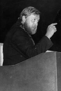 Dobová fotografie z představení Žebrácká opera inscenovaného divadelním souborem Lužany, 1988