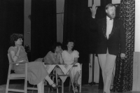 Z představení Žebrácká opera inscenovaného divadelním souborem Lužany, 1988 (Oldřich Váca vpravo)