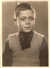 Asaf Auerbach v 11 letech, fotografie do pasu v roce 1939 před odjezdem do Anglie