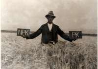 Father of Josef Davídek while experimenting with fertilization of barley in 1928