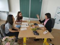 Žáci ZŠ Dobříš při nahrávání příběhu paní Kašperové v rámci projektu Příběhy našich soused