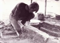 Jiří Zajíc staví táborové ohniště, 1973