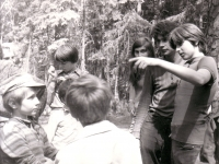 Jiří Zajíc (druhý zprava) s dětmi na táboře, 1975