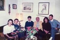 Na návštěvě u přátel v roce 1994, pamětnice Katharina Dötterl první zleva