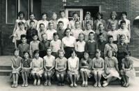 Jiří Zajíc (2. řada shora, zcela vlevo) v 7. třídě základní školy, 1963