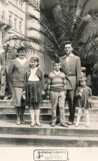 Rodina Zajícova - rodiče Malvína a Josef, děti (zleva) Iva, Jiří, Jana; cca 1962