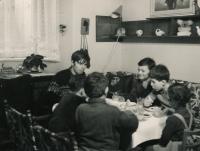 Jiří Zajíc s chlapci z oddílu, cca 1970
