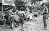 Jiří Zajíc (zcela vpravo s ešusem) na táboře v Nedrahovicích, cca 1974