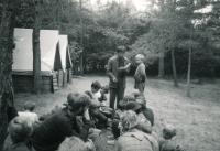 Jiří Zajíc (stojící s knihou) na táboře v Holostřevech, cca 1985