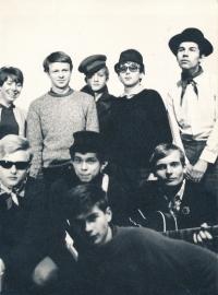 Jiří Zajíc (zcela dole vpředu) s divadelní skupinou Sonus (1969-75)