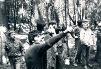 Jiří Zajíc (v popředí, ukazující) na táboře, 70. léta