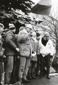 Monika Brázdová na fotografii třetí zprava vystupuje na pódiu s dalšími studenty na demonstraci na Horním náměstí v Humpolci v den generální stávky 27. listopadu 1989