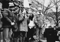 Monika Brázdová promlouvá do mikrofonu na demonstraci na Horním náměstí v Humpolci v den generální stávky 27. listopadu 1989