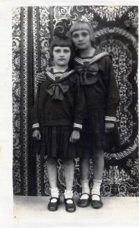 Sisters Olga and Věra Glajchova, 1935