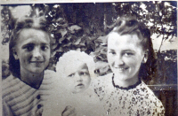 From left Olga Bílková with daughter Zdenička and sister Věra, 1944