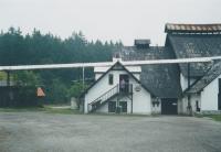 Libuše Trpišovská před restaurací v hutích, 90. léta