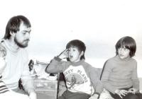 Jiří Zajíc s dětmi na horách, 1984