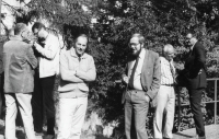 During a break of the national conference of aestheticians and art historians in September 1982 in Senohraby. Vladimír Czumalo is talking to dr. Petr Wittlich. Prof. Zdeněk Mathauser and dr. Zdeněk Pospíšil on the left, dr. Luboš Hlaváček and dr. Miroslav Klivar on the right. Picture by theatrologist prof. František Černý.