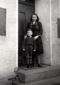 Petr Bureš s maminkou (asi r. 1954)