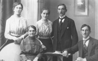 The Šik family: Amálie's grandmother and her children from the left Tereza, Anna, Josef and Karel
