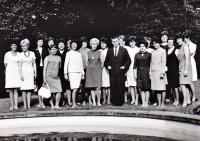 Karel Hrubý (uprostřed) se svými bývalými studenty. Setkání proběhlo po jeho propuštění z vězení (r.1960)