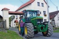 Jan Kreysa s traktorem před rodovým statkem