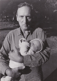 Sergej Machonin se svou malou dcerou Terezou