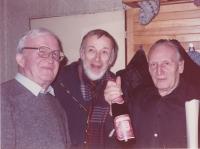 Zleva spisovatel Zdeněk Urbánek, historik umění Jiří Šetlík a Sergej Machonin. Foceno na oslavě sedmdesátých narozenin Sergeje Machonina / 1988