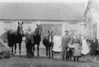 Tatínek s koňmi a rodina na statku