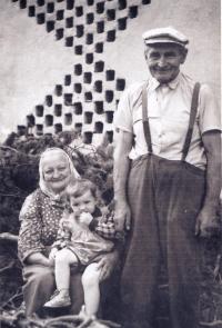 Dědeček s babičkou drží sestru
