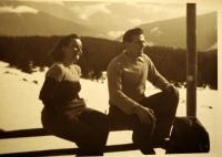K. Hrubý s manželkou na lyžařském výcviku se svou třídou. Manželka se výcviku účastnila jako zdravotnice