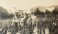 Naděžda with parents and siblings in horticulture, Brandýs n. O., 1942