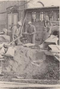 Otec pamětnice, pan Jan Kučera při práci pro OPS Náchod, cca rok 1960 (pán uprostřed v pozadí)