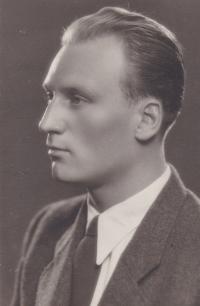 Sergeji Machoninovi (*1918) bylo dáno velkého jazykového nadání. Němčinu se naučil v koncentračním táboře. Překlaládal z ruštiny, srbochorvatštiny, bulharštiny, němčiny, francouzštiny a mnoho dalších jazyků.