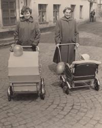 Stanislav Duchek v kočárku vpravo s maminkou. V kočárku vlevo jeho sestra s maminčinou kamarádkou Marcelou Kuncovou.