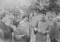 Svěcení kněží v Polsku v Oltarzew Mazowiecki v roce 1986, vlevo Josef Poštulka a další věřící z Prostějova