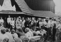 Světluše Košíčková at Taizé congregation in Katowice in 1981, Rudolf Stockel in the centre