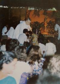 Světluše Košíčková at Taizé congregation in Madras, India, in 1986; Brother Roger in the back