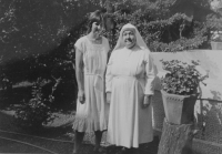 In 1985, Světluše Košíčková visited sister Walenty at Lonavala mission where she had been sending humanitarian aid from Czechoslovakia