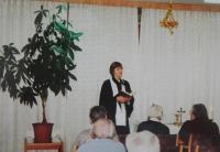 Světluše Košíčková slouží bohoslužbu v domově důchodců v Prostějově v 90. letech