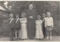 Pamětnice vpravo vedle kněze,  cca rok 1952